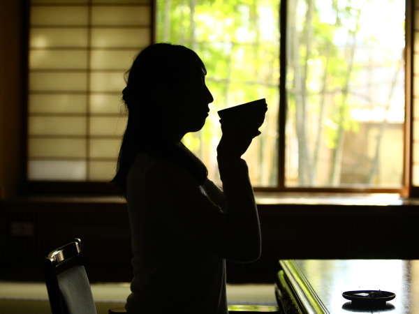 【松籟荘】お部屋におつきにの際は、お抹茶と女将厳選の和菓子でお迎えいたします。