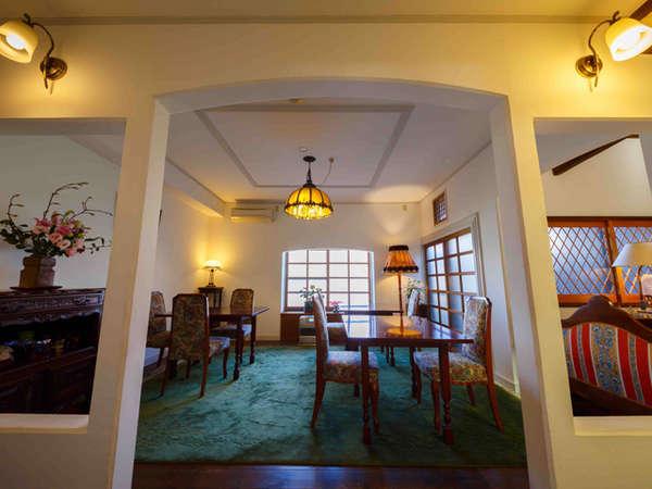 朝食場所兼ロビー。館内は大正ロマンを感じられる落ち着いた調度品を多く使用しています。