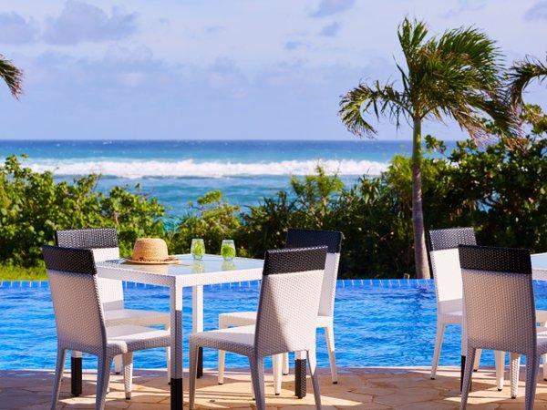 プールサイド(滞在イメージ)/風や波の音をNGMに、島時間に身を委ねるご滞在をお愉しみください。
