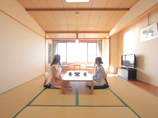 和室からどこまでも続く熊野灘をお楽しみいただけます。