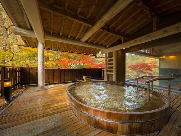 「とろとろの湯」ひのき露天風呂(秋)。山間の清々しい空気と、肌に優しい美肌の湯をお楽しみください。