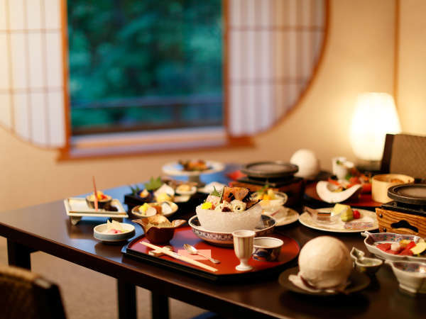 お部屋でゆっくりご夕食。佳松園のお食事は旬を映す会席料理です。