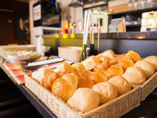 *ご朝食一例/芳ばしい香りが漂う焼き立てパンは食べ放題!お好きなだけどうぞ。