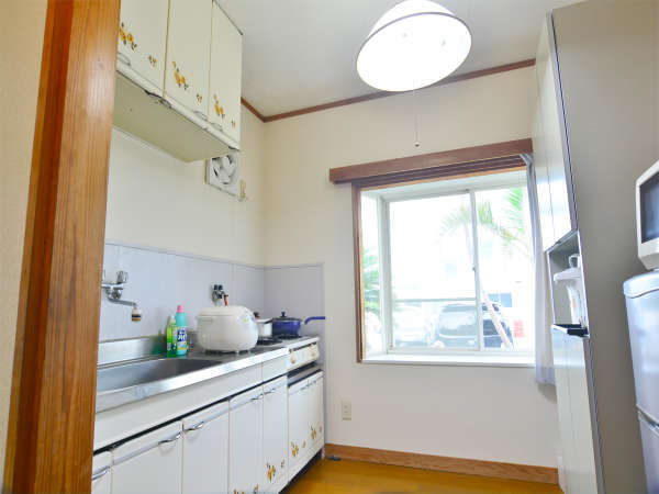 ロングステイハウス キッチン レンジや冷蔵庫に食器も完備!光熱費も込みです!