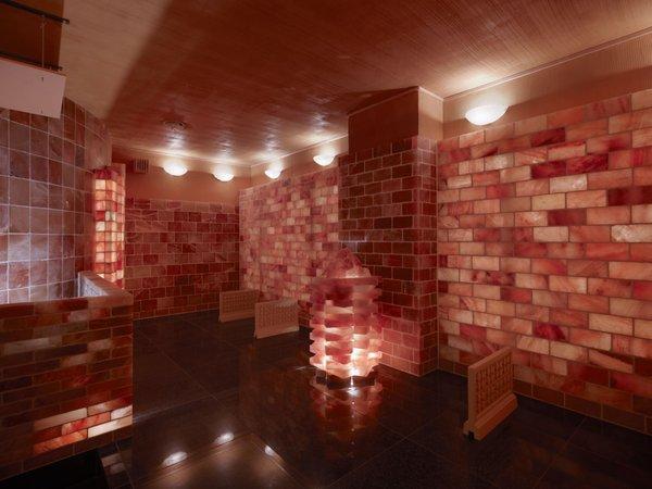赤塩房:豊富なミネラルを含むモンゴル産の赤い岩塩を使用した岩盤浴。