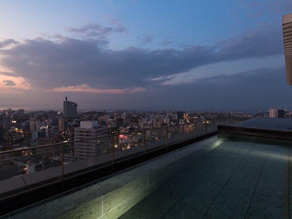 てんくう露天風呂(男湯夕景):晴れた日は夕日がとても美しい。別府の花火や扇山火祭りも見えます。