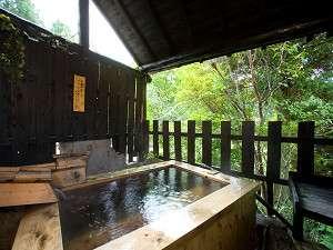 貸切湯の檜風呂は、檜の香りと自然の移ろいを感じる