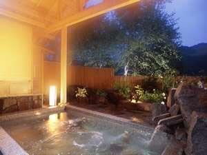 趣のある広々露天風呂