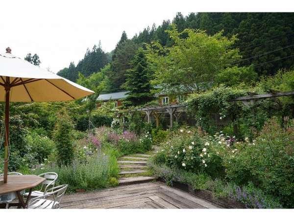 ガーデンの休憩スペースです。6月後半からは薔薇でいっぱいになります。