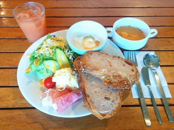 日替わり朝食。 オートミールパンのクリームチーズサンドセット