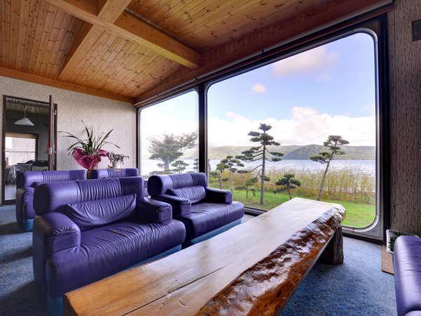 *ロビー/屈斜路湖湖畔に佇む当館だからこその大パノラマ!湖畔を眺めながらごゆっくりお過ごし下さい。