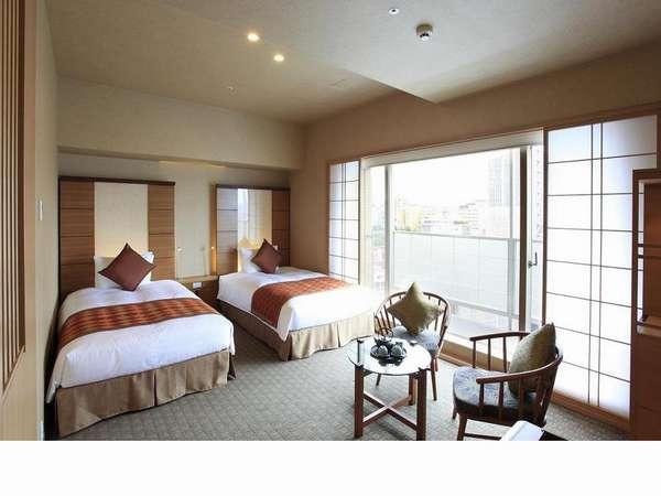 【コンフォート】東向きの大きな窓が特徴的なコンフォート。柔らかい光で朝をお迎えください。