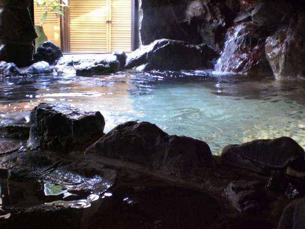 自然石を積み重ねた豪快な温泉