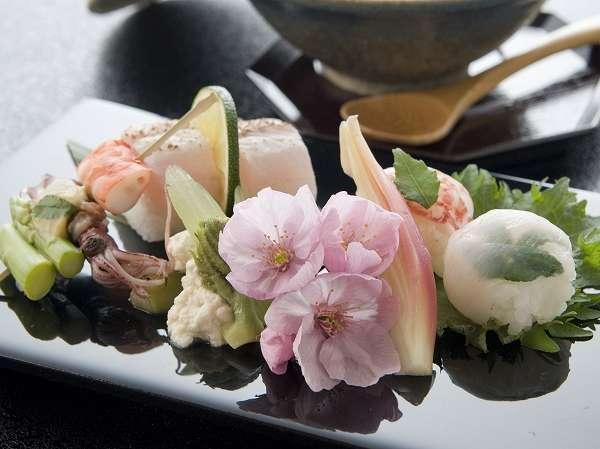 季節を彩る前菜。その月、その日でさまざまな食材をご用意いたします。