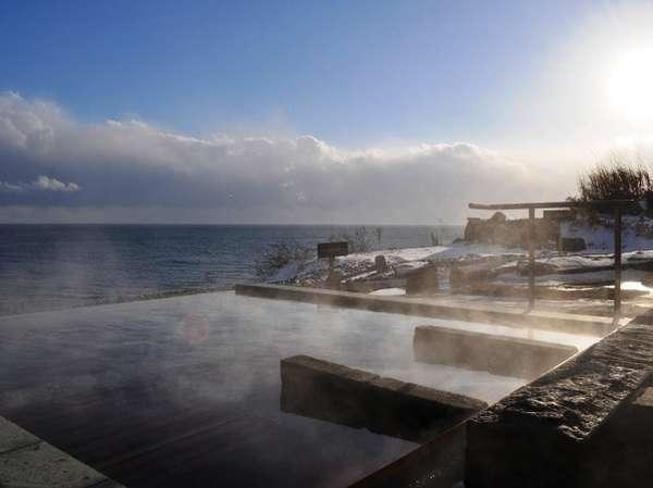 【冬の露天風呂】舞い落ちる雪と海を見ながらの贅沢なひととき