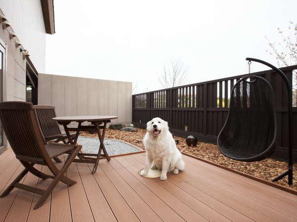 【101号室ツイン】お部屋専用のウットデッキ。愛犬も大喜び