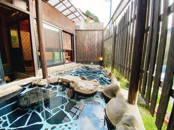 花合野川のせせらぎが心地よい開放的な露天風呂です。