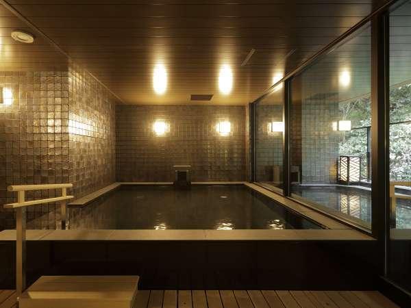 旅の醍醐味である温泉大浴場。「箱根湯本温泉」は美人の湯としても知られる。