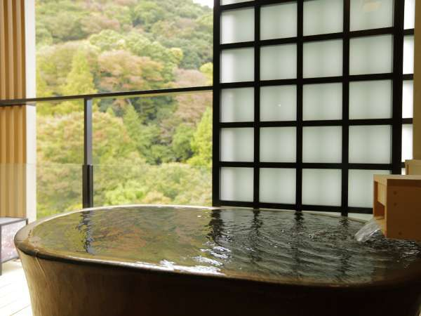 ハリウッドツインの客室露天風呂。須雲川の渓流の音とともに非日常空間を演出。/秋冬