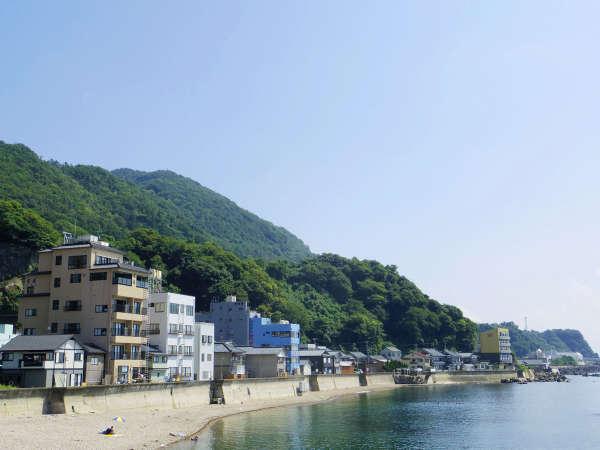 海辺から当館を望む! 夏は海水浴にピッタリの立地です。