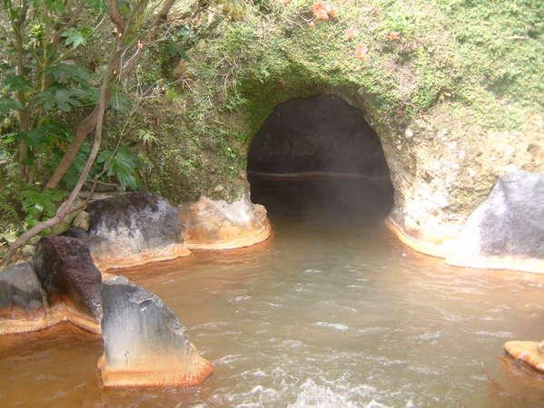 【大洞窟の宿 湯楽亭】源泉かけ流しの生きた温泉 赤湯と白湯・2種類の洞窟温泉33m!