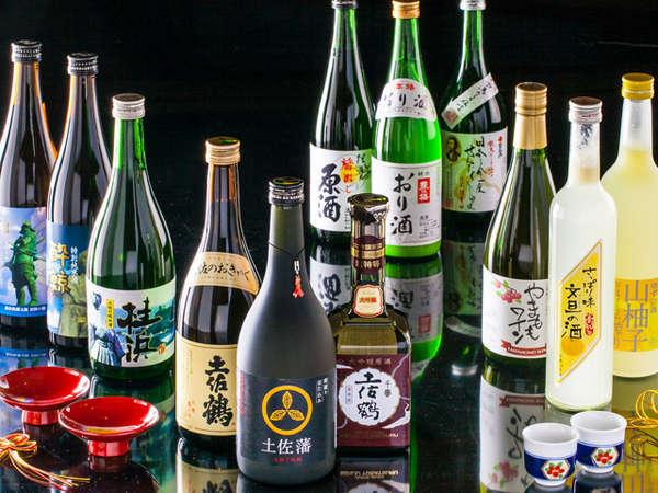 売店には「酒処土佐」のように、さまざまなお酒が並んでいます。