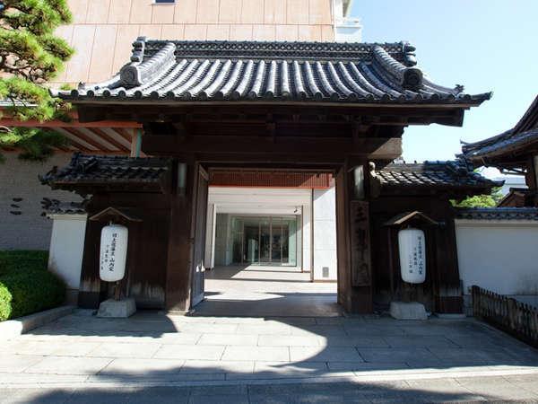 歴史的な大門(当館駐車場入口)