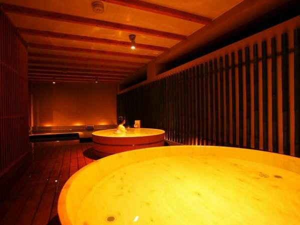 檜の香りに癒される樽風呂(夜)