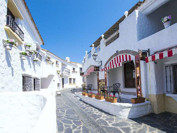スペインのアンダルシア地方をイメージした白亜の建物と地中海の街並み
