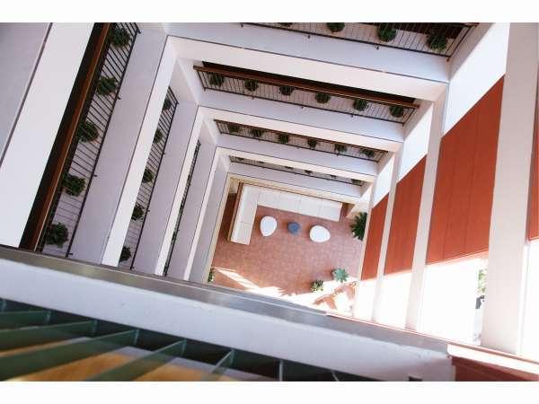 【外廊下】吹き抜け構造で海外のアパートメントのようなオシャレなホテルです