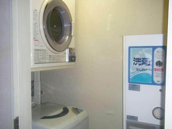 コインランドリーです。洗濯機は無料・乾燥機は30分100円・洗剤は1個50円になっております。