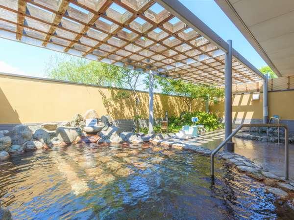 【1階の露天風呂】風を感じながら温泉につかれば、日ごろの疲れも忘れそう