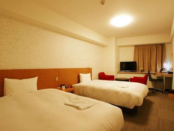 ツインルーム:24㎡、ベッド幅122㎝。ごゆっくりおくつろぎいただけるスペースもございます。