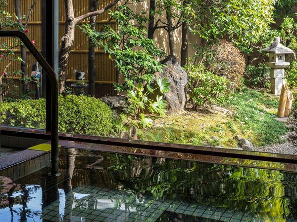 【庭園浴場】日本庭園を望む人気の浴場。営業時間は15時~25時、6時~9時です。