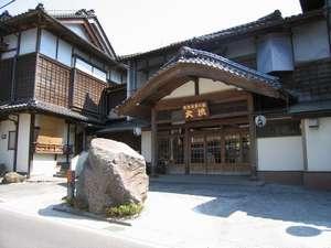 ◆旅館大橋の玄関。唐破風の創り。昭和7年から変わらぬその佇まい。