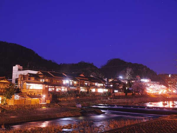 ◆川を挟んで反対側の遊歩道からの全景。夜は風光明媚な雰囲気を漂わせる。