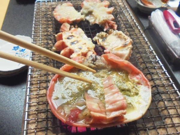 石川県輪島のケイソウ土の七輪と和歌山県の備長炭で焼く加能ガニ