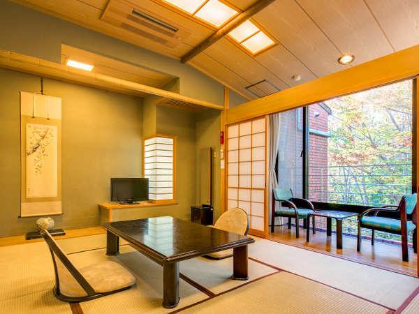 森に囲まれた陽当たりの良い明るい和室。空の冷蔵庫あり(お部屋なら飲み物持ち込みもOK)
