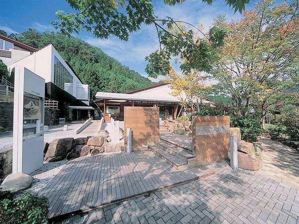 【ウッドワン美術館】マイセン磁器や近代日本絵画を収蔵。