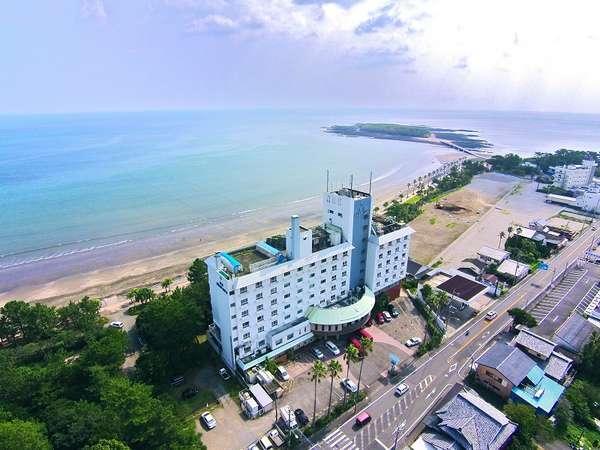 【ホテル外観】県道377号線沿いに建つ。青島までは徒歩15分、ホテル前は宿泊者無料の駐車場です。