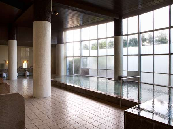 【大浴場:亀の癒し湯】当ホテルの1階には気兼ねなく思い切り手足を伸ばして入れる源泉かけ流しの大浴場。