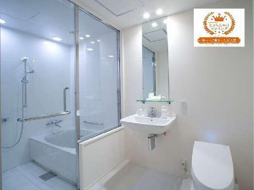 【バスルーム】ダブル、ツインのお部屋は、全て浴室とパウダールームがセパレート。人気の大きな浴槽です。