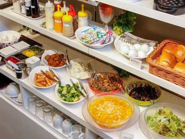 無料朝食は種類も豊富で、朝の活力を充電♪