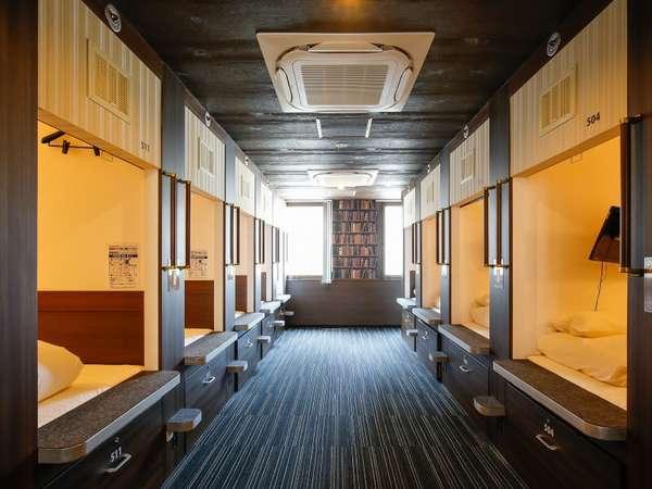 雑誌にも取り上げられた全国でも珍しい新型スタンディングキャビン!広々した空間でお過ごしください。