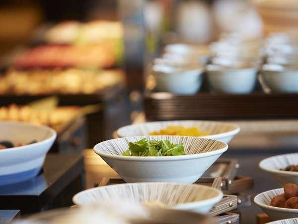 朝食はご宿泊のお客様だけご利用いただける和洋ビュッフェ約40品目ものメニューをご用意。