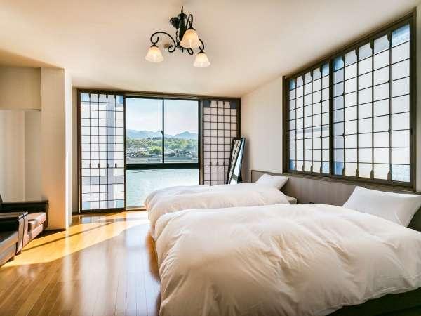 *【客室一例】全室リバービュー。大きな窓から明るい光がさしこみます。