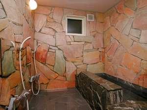 天然石で作られたお風呂は、何時でも入れ人気です!貸切もOK