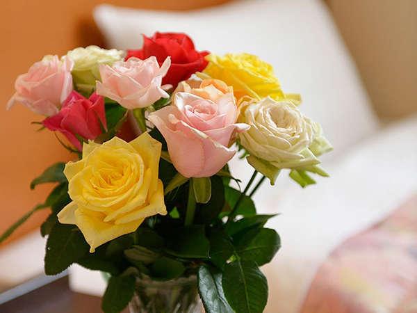 部屋には薔薇を飾ってお迎えいたします。