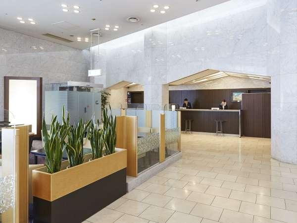ホテル1階フロント、開放的で明るいロビーです。