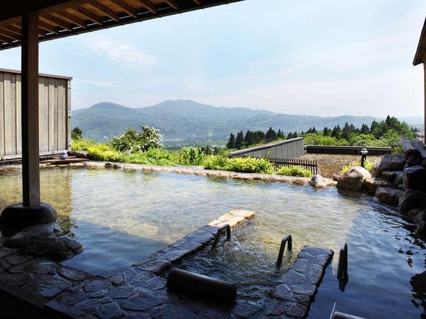 妙高の山々を一望できる露天風呂。